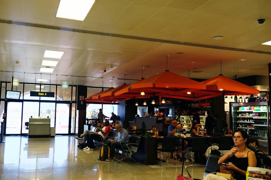 空港内にあるカフェ